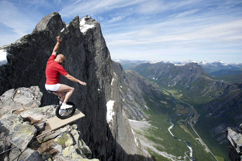 5balancing-on-the-edge-of-1000ft-cliff-in-norway