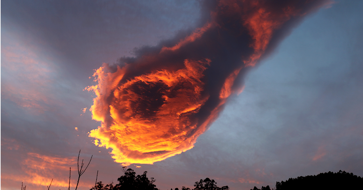 "Stunning Cloud Formation Appears Above Portugal, People Call It ""The Hand Of God"""